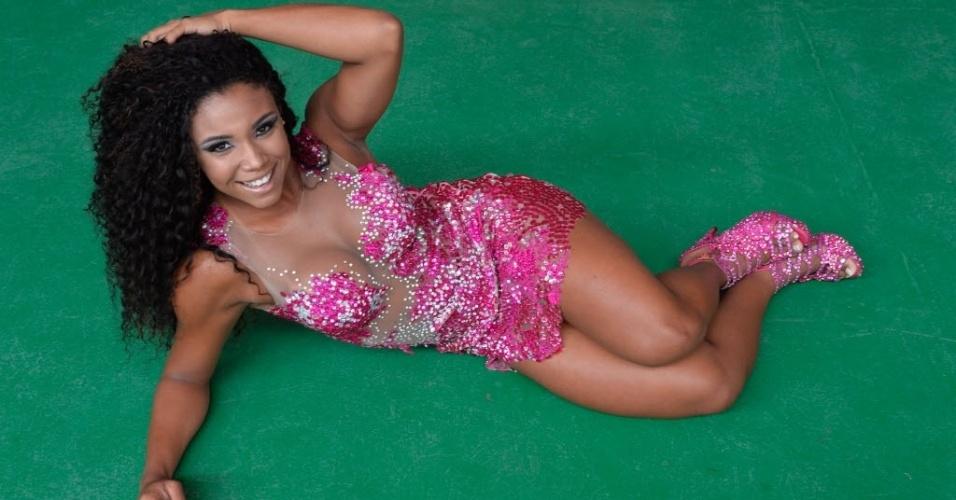 Evelyn Bastos posa com exclusividade na quadra da escola de samba