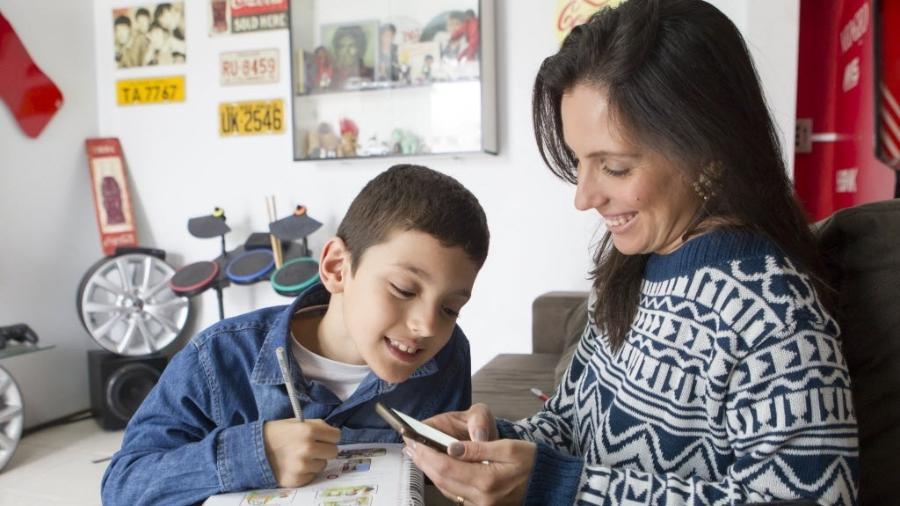 Mariana usa o aplicativo para tirar dúvidas sobre a lição do filho, mas ela já se deparou com outros pais tentando vender produtos - Hermínio Nunes/UOL