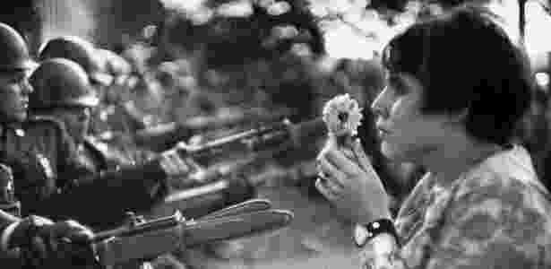 A militante Jane Rose Kasmir enfrenta soldados em protesto à Guerra do Vietnã - Marc Riboud - Marc Riboud