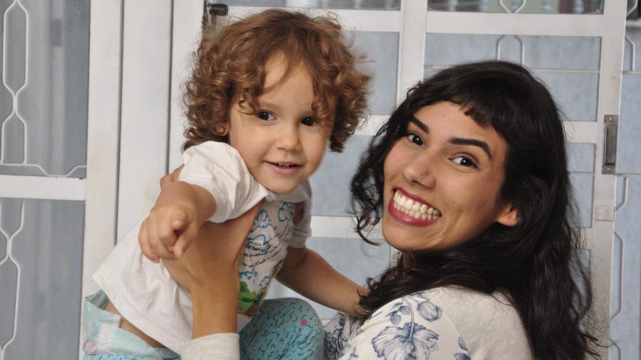 Mica, 2, e Mariana Vieira Carvalho, que optou por um nome que não revelasse o gênero da criança e assim a preservasse de estereótipos - Marcos Peron/UOL