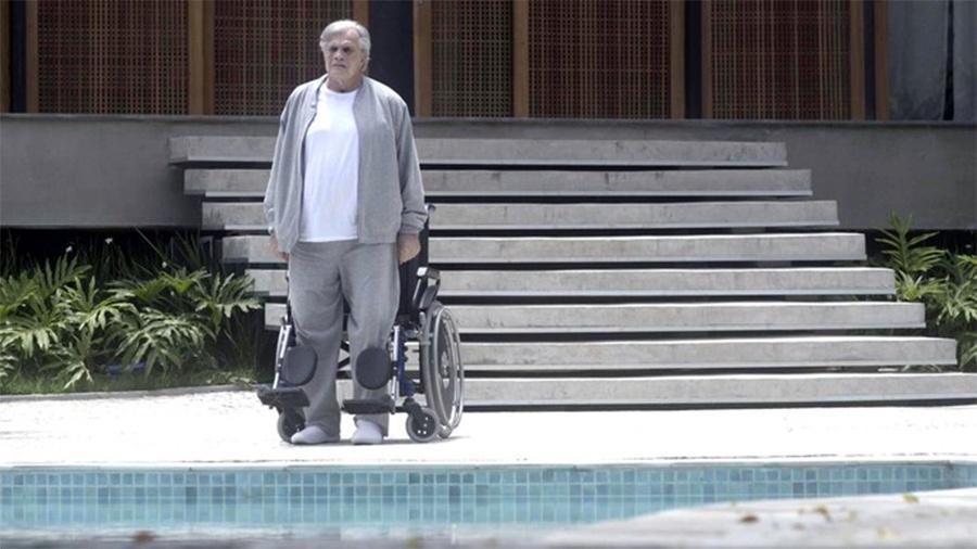 """Fausto fica de pé pela primeira vez em """"A Lei do Amor"""" - Reprodução/""""A Lei do Amor""""/Gshow"""