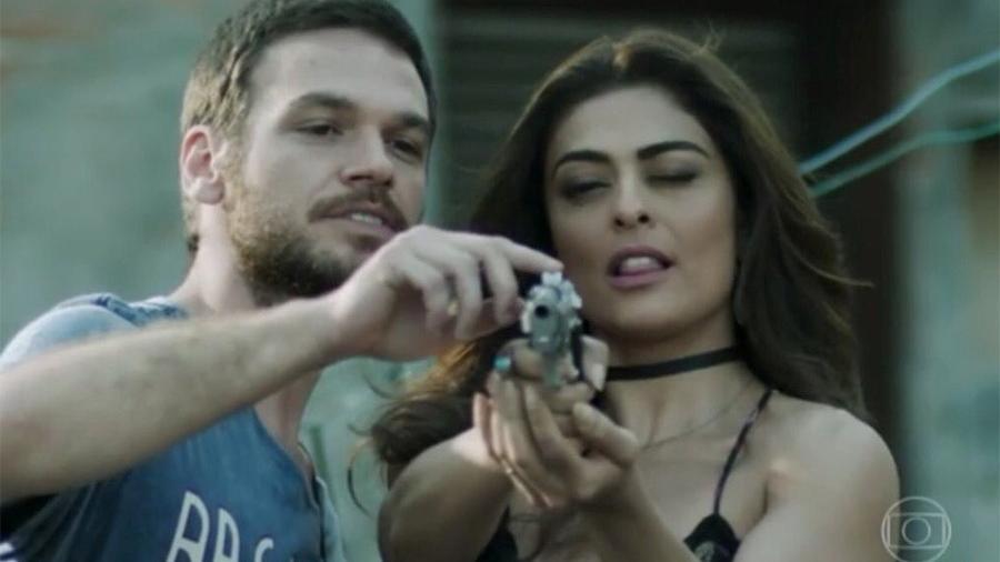 """Bibi recebe orientação de Rubinho para atirar em cena de """"A Força do Querer"""" - Reprodução/Globo"""