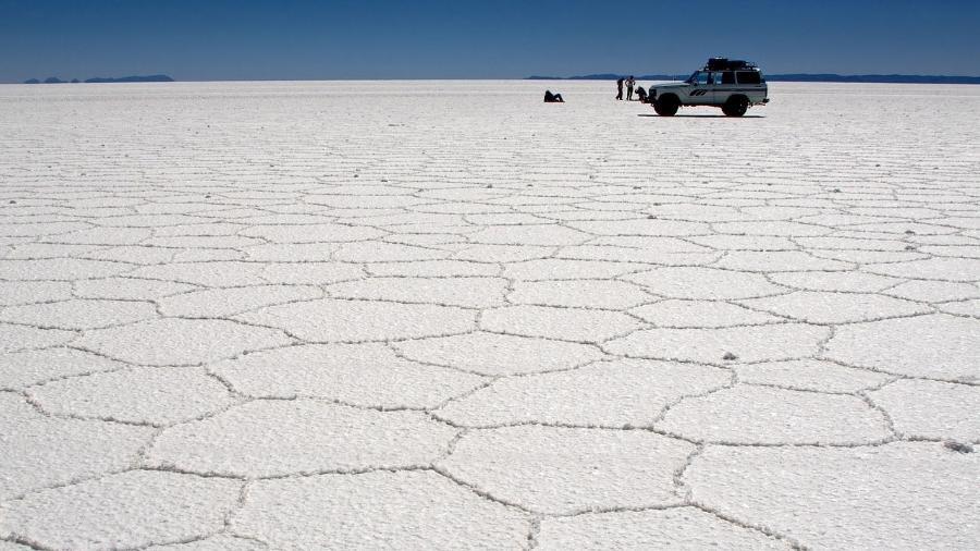 Salar do Uyuni, na Bolívia, não é bem uma estrada. É o maior deserto de sal no mundo - Pedro Szekely_Creative Commons