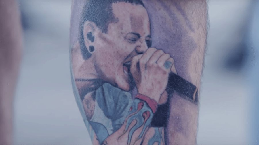 Detalhe de tatuagem em homenagem ao vocalista Chester Bennington, do Linkin Park - Reprodução