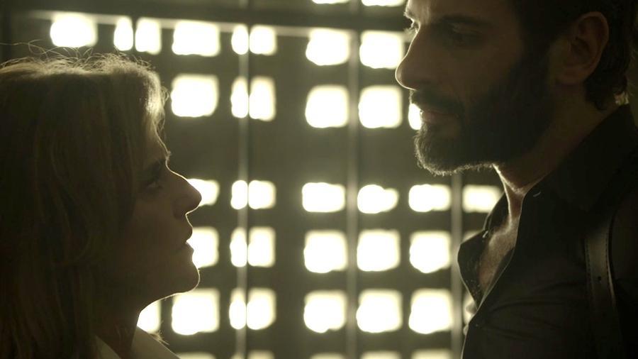 """Sophia (Marieta Severo) tentará matar o delegado Vinícius (Flávio Tolezani) em """"O Outro Lado do Paraíso"""" - Reprodução/GShow"""