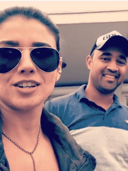 Paula Fernandes com um dos rapazes que devolveram sua mala - Reprodução/Instagram