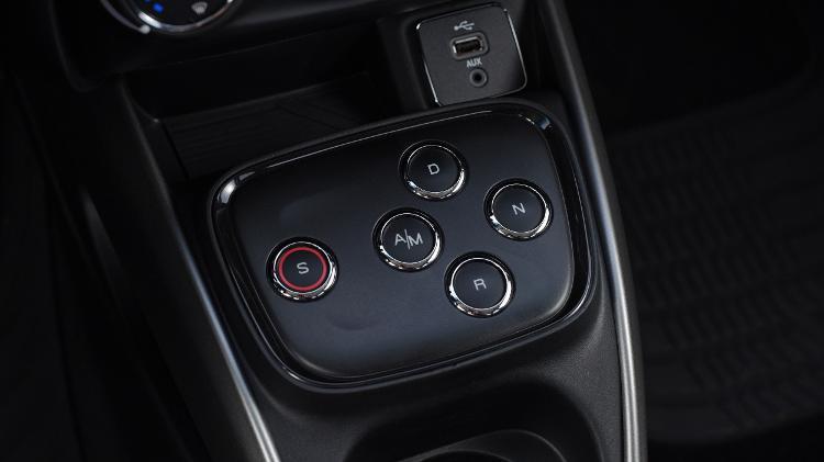 Câmbio GSR do Fiat Cronos é acionado por botões - Murilo Góes/UOL