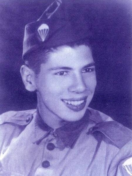 Silvio Santos aos 18 anos, quando serviu ao Exército - Reprodução