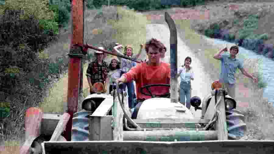 Kevin Bacon, Sarah Jessica Parker, Chris Penn, Elizabeth Gorcey e John Laughlin em cena de Footloose (1984) - Reprodução