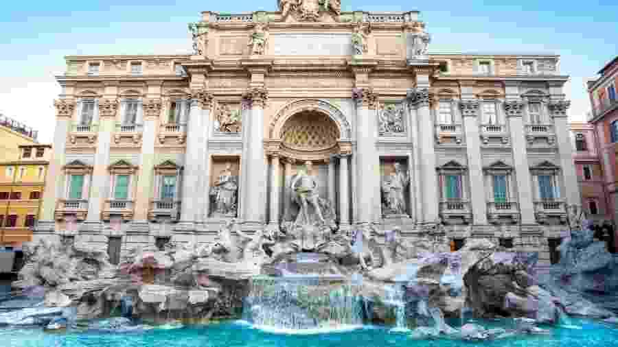 Turistas têm a tradição de lançar moedas na fonte romana - Getty Images/iStockphoto