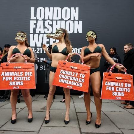 Ativistas do PETA em protesto contra o uso de pele de animais pela indústria da moda - Getty Images