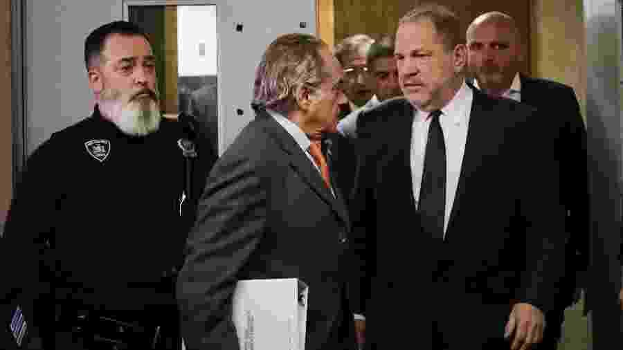 Harvey Weinstein deixa o tribunal ao lado de seu advogado Benjamin Brafman  - Spencer Platt/Getty Images/AFP