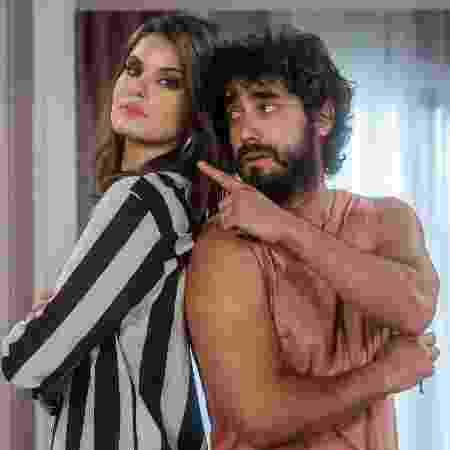 """Camila Queiroz e Gabriel Godoy em cena de """"Verão 90"""" - Raquel Cunha/TV Globo"""