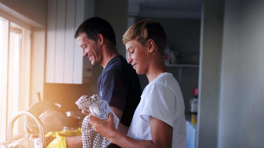 PL sugere que propagandas de produto de limpeza reforcem a divisão igualitária de tarefas domésticas, por exemplo - iStock