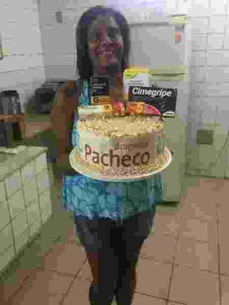 A merendeira Valdecira, 59, com o bolo feito pela filha Cássia, 25 - Arquivo Pessoal