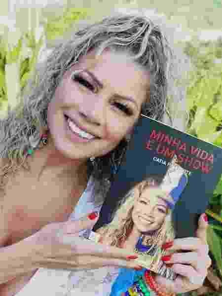 """Catia Paganote exibe seu livro """"Minha Vida é um Show"""" - Leo Ornelas/CO Assessoria"""