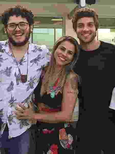 Chay Suede com o irmão Henrique e a mãe, Herica Godoy  - Reprodução/Instagram