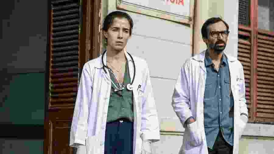 """Marjorie Estiano (Carolina) e Júlio Andrade (Evandro), os protagonistas da série """"Sob Pressão"""", cuja quarta temporada estreia em 2021 - Divulgação"""