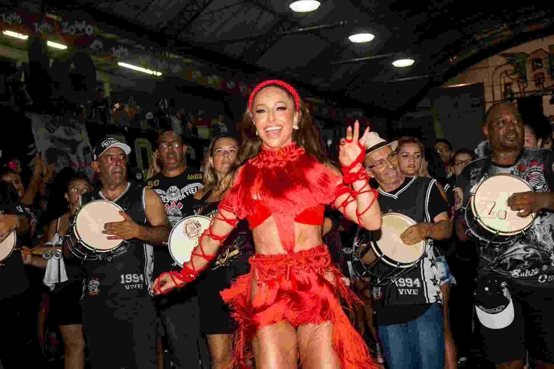 Sabrina Sato mostrou que está preparada para o Carnaval 2020. Ela, que é rainha de bateria da Gaviões da Fiel, ensaiou na quadra da escola paulista na madrugada deste sábado com um look ousado vermelho - Patrícia Devoraes/Brazil News