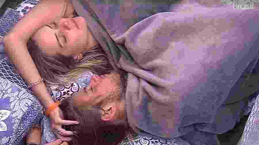 BBB 20: Marcela faz carinho em Daniel - Reprodução/Globo