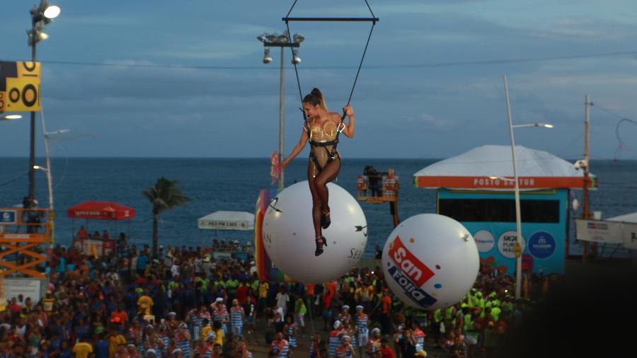 Claudia Leitte foi içada por um guindaste para chegar ao trio no Carnaval de Salvador em 2020 - Reprodução
