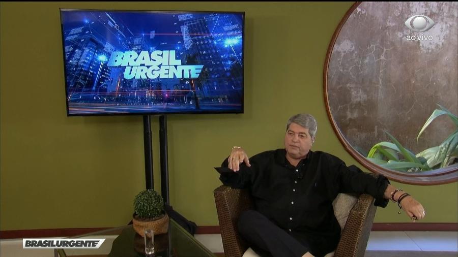 """Nesta segunda-feira (23), José Luiz Datena começou a apresentar o """"Brasil Urgente"""" de sua casa, mas teve que voltar para a Band - Reprodução/ Alef de Lima"""