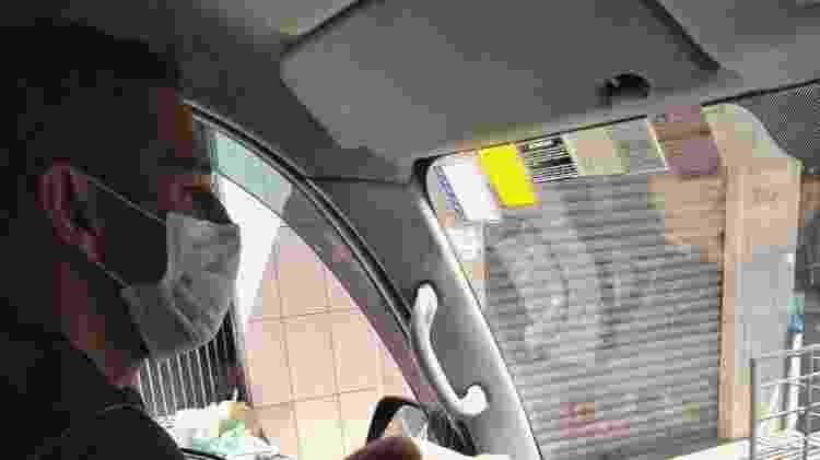 Marcelo Cardoso dirige pelas ruas do bairro; comércio ao fundo já está fechado devido à pandemia. Morador de uma favela em Guarulhos,percebe sentimento semelhante em Paraisópolis - Marcos Candido/UOL