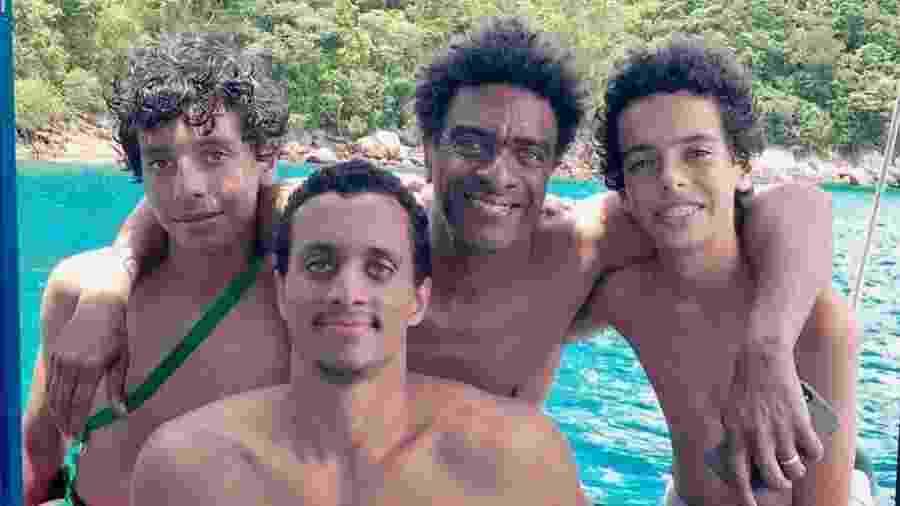 Helio de La Peña com os três filhos: João (18, à esq.), Joaquim (28, no meio) e Antônio (16, à dir.) - Reprodução/Instagram