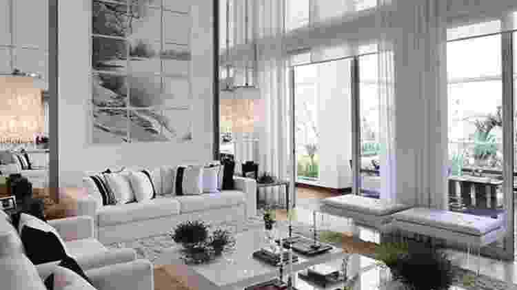 Sala de estar com pé-direito duplo e cortinas cobrindo toda a estrutura - Reprodução/Pinterest - Reprodução/Pinterest