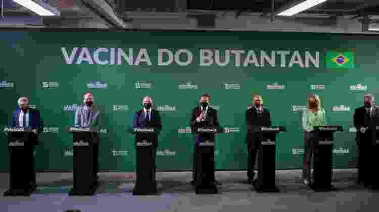 Governador de São Paulo, João Doria (PSDB), mostra caixa da CoronaVac ao lado do secretário de Saúde, Jean Gorinchteyn (esquerda), e o diretor do Instituto Butantan, Dimas Covas, durante coletiva de imprensa em que foi anunciada a taxa de eficácia da vacina contra a covid-19 - PAULO GUERETA/ESTADÃO CONTEÚDO - PAULO GUERETA/ESTADÃO CONTEÚDO