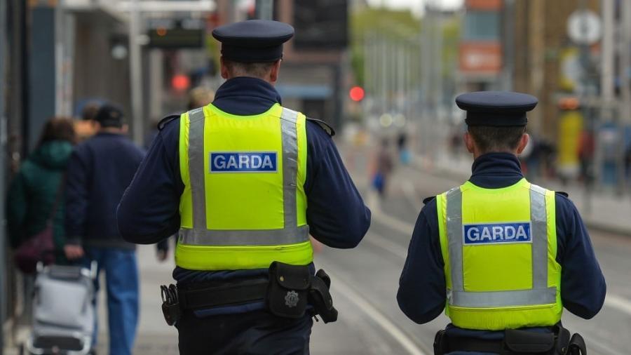 Membros da polícia irlandesa patrulham o centro da cidade de Dublin; imagem ilustrativa - Artur Widak / NurPhoto via Getty Images