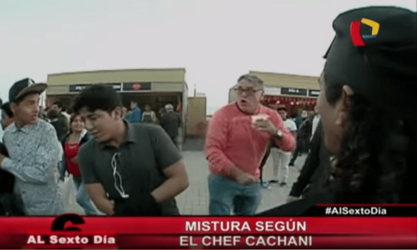 """9.set.2015 - Um homem foi acusado de tentar furtar o celular de um turista italiano durante a gravação de uma reportagem para o programa de TV """"Al Sexto Día"""", em Lima, no Peru, e acabou levando um soco no rosto"""