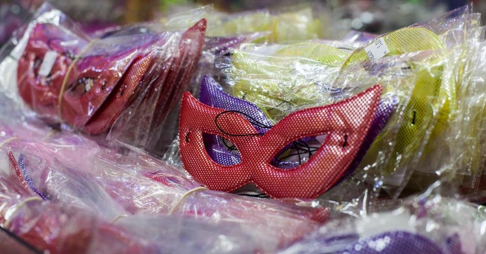 A máscara custa a partir de R$ 4,90 na loja Império das Festas (Ladeira Porto Geral, 55 ? Centro/ SP). A opção de tecido tem diversas cores