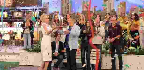 """Carlos Alberto de Nóbrega comemora o aniversário de 80 anos com a mulher Andréia e os filhos Maria Fernanda e João Victor no cenário de """"A Praça É Nossa""""  - Leonardo Nones/Divulgação/SBT"""
