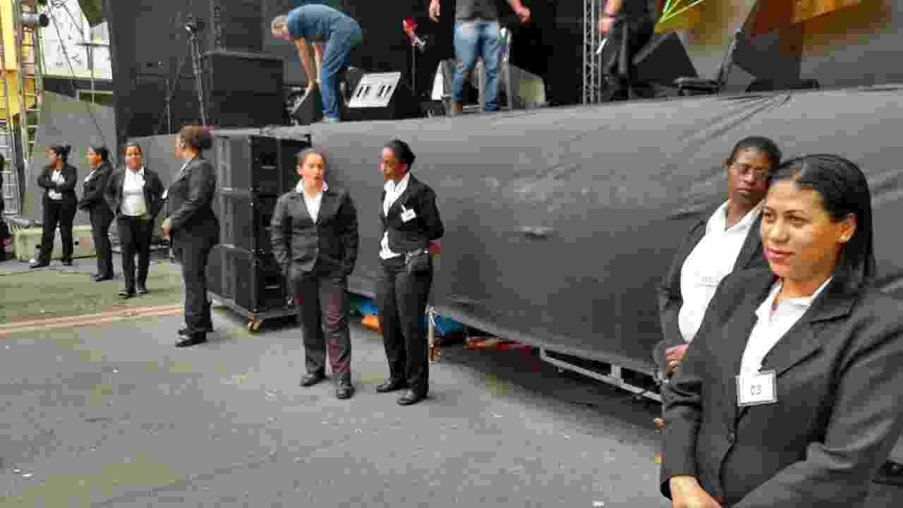 22.mai.2016 - Desde sábado, apenas mulheres faziam a guarda de palco na Virada Cultural - Tiago Dias/UOL