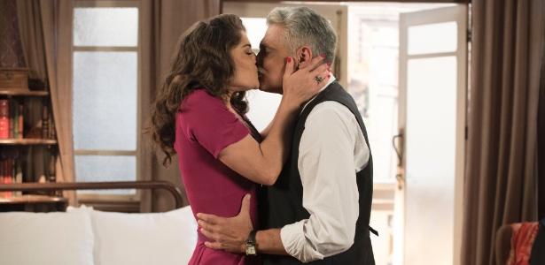 """Severo (Tarcisio Filho) e Diana (Priscila Fantin) se beijam em """"Êta Mundo Bom"""" - Divulgação/TV Globo"""