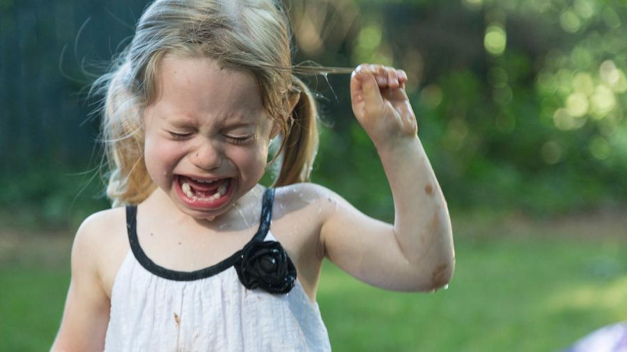 Em pleno ataque de birra, não adianta querer conversar com a criança, muito menos dar bronca - Getty Images