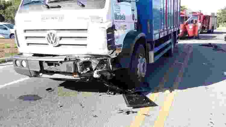 Caminhão que se envolveu no acidente com o carro em que estava Vinicius Bonemer - Folha dos Lagos - Folha dos Lagos