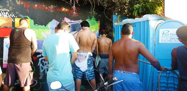 É comum ver pessoas fazendo xixi na rua em eventos como o Carnaval de rua