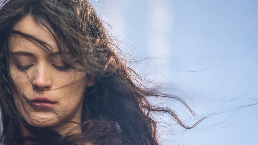 """O sofrimento de Clara (Bianca Bin), é ilustrado por cenas metafóricas em """"O Outro Lado do Paraíso"""" - Raquel Cunha/Globo"""
