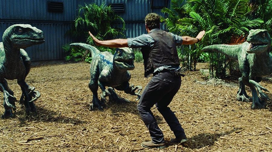 Chris Pratt tenta controlar os velociraptors em cena de Jurassic World - Divulgação