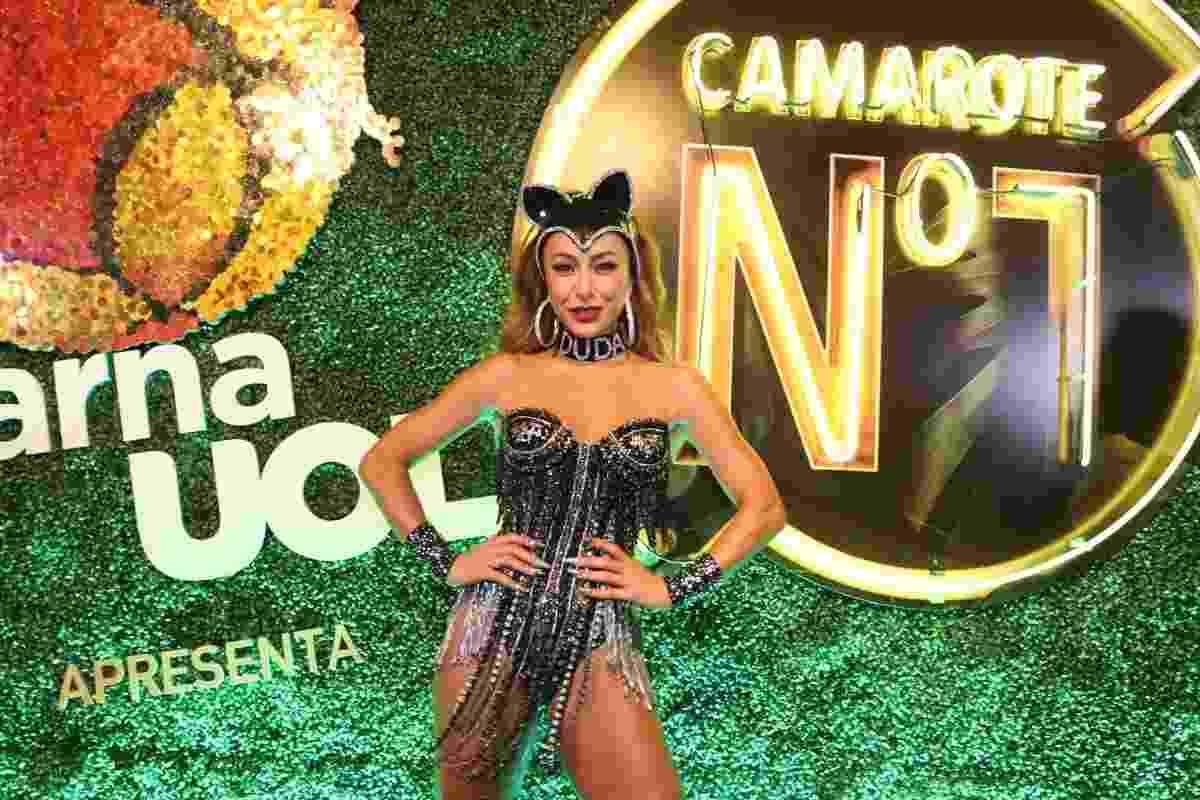 Sabrina Sato lembra fantasia famosa de Luma de Oliveira e usa colar com o nome do noivo, Duda Nagle, no camarote CarnaUOL RJ/N1, localizado no ponto mais privilegiado da Marquês de Sapucaí - Felipe Panfili/Camarote CarnaUOL RJ/N1