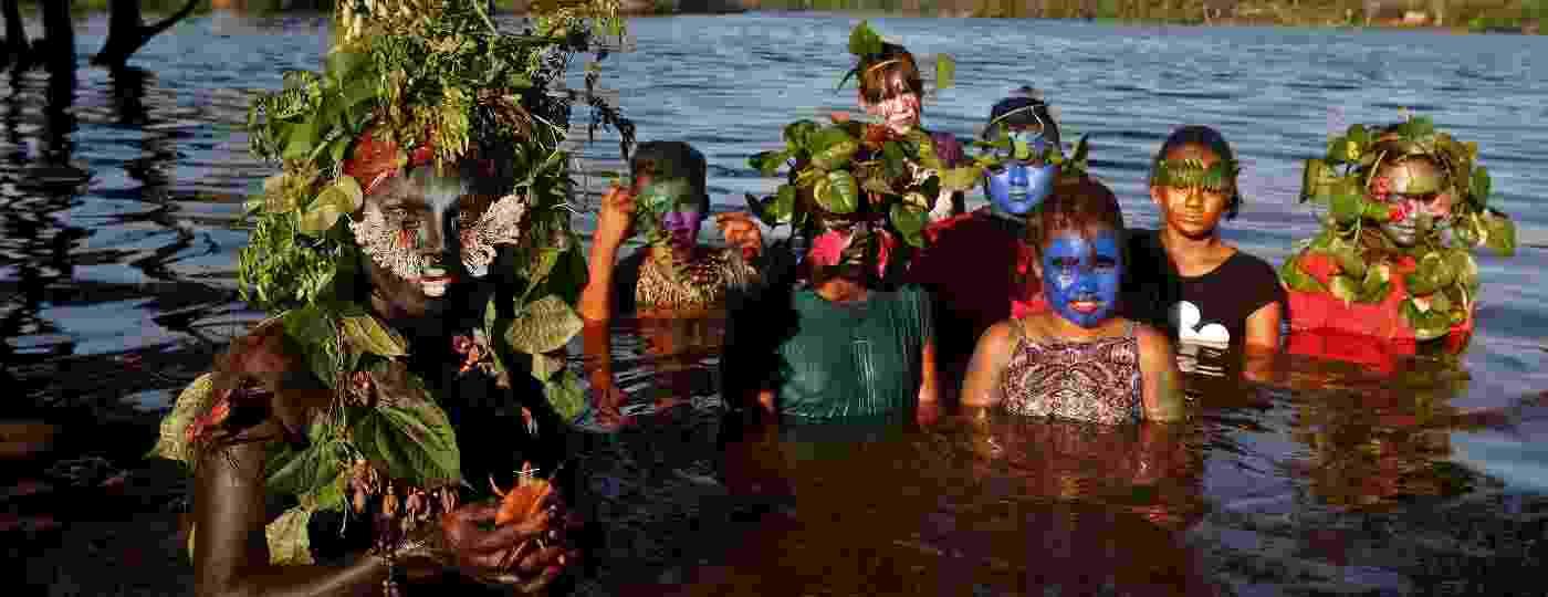 Uyra Sodoma (esq), a drag queen criada pelo artista, ativista e biólogo Emerson Munduruku, posa ao lado de crianças na Amazônia - Ricardo Oliveira/AFP