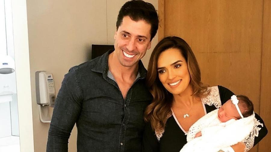 Karyn Bravo posa com a filha Rafaela, o marido e o primogênito Eduardo - Reprodução/Instagram