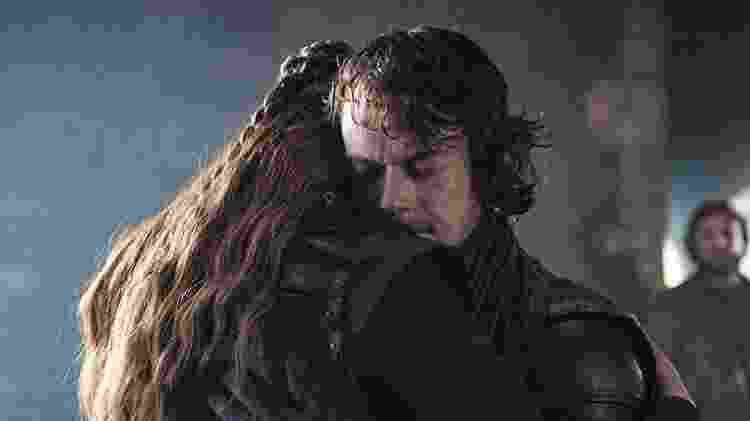 Theon Greyjoy (Alfie Allen) é abraçado por Sansa Stark (Sophie Turner) em cena do último episódio de Game of Thrones - Divulgação/IMDb