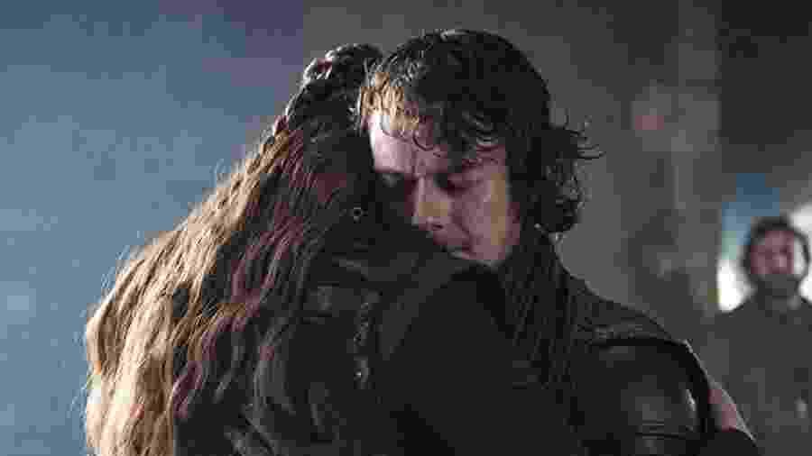 """Theon Greyjoy (Alfie Allen) é abraçado por Sansa Stark (Sophie Turner) em cena do último episódio de """"Game of Thrones"""" - Divulgação/IMDb"""