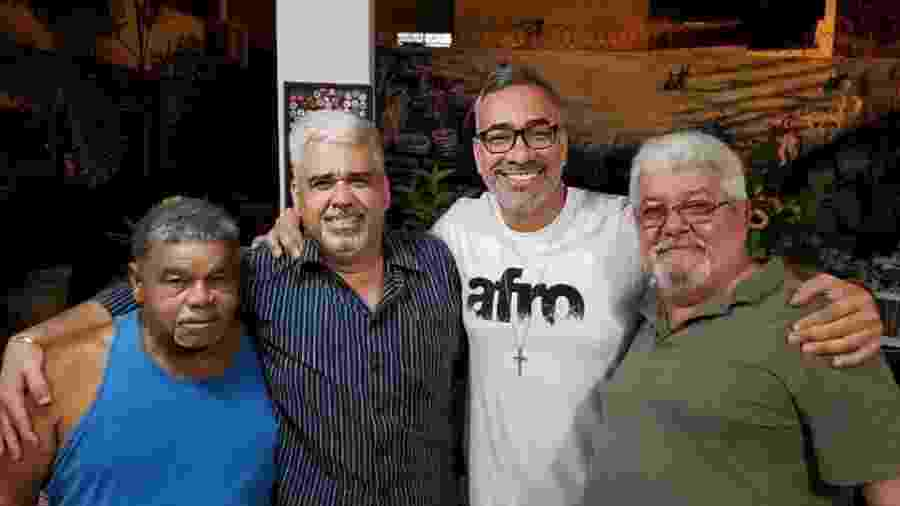 Cahê Rodrigues (camisa branca), com Laíla e diretores da União da Ilha - Divulgação
