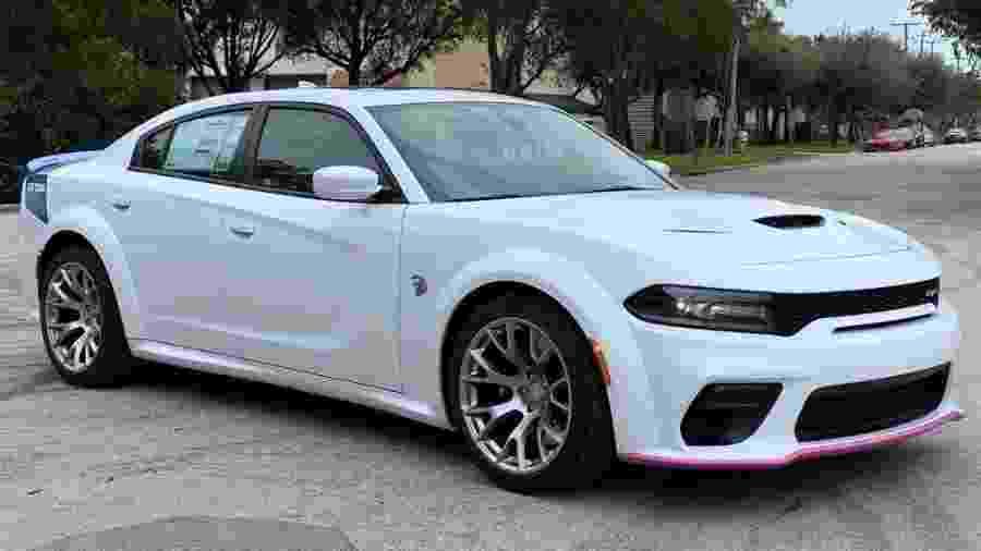 Dodge Charger com protetor rosa - Divulgação
