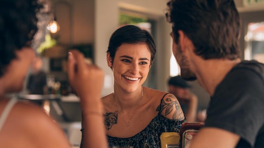Encontro triplo: como é sair com um casal do Tinder? - iStock