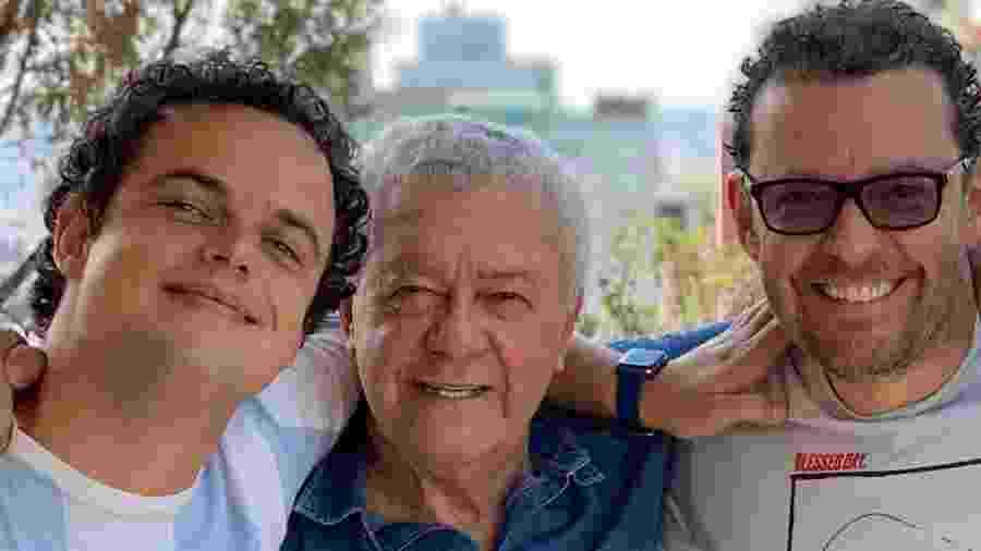 Apresentador Fernando Rocha ao lado do pai Dalai e do filho Pedro, que também é jornalista - Reprodução/Instagram